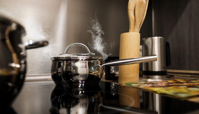 Inred ditt köksland med en spishäll med inbyggd fläkt